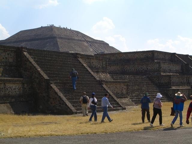 Calzada muertos pirámide sol