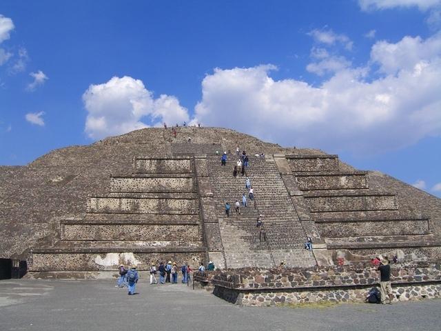 Subir a la pirámide de la luna