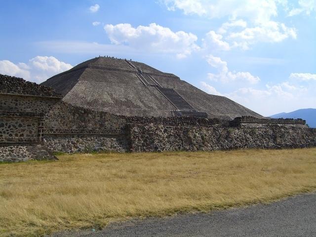 Pirámide del sol, desde la calzada de los muertos