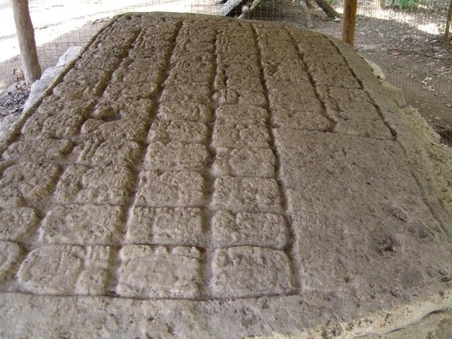 Estela con glifos mayas