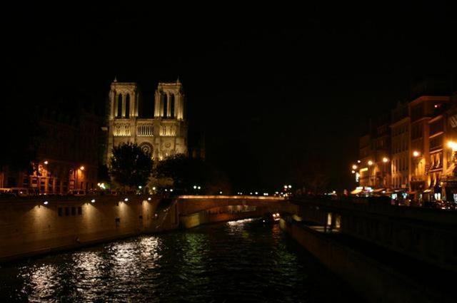 Otra vista de Notre Dame de noche